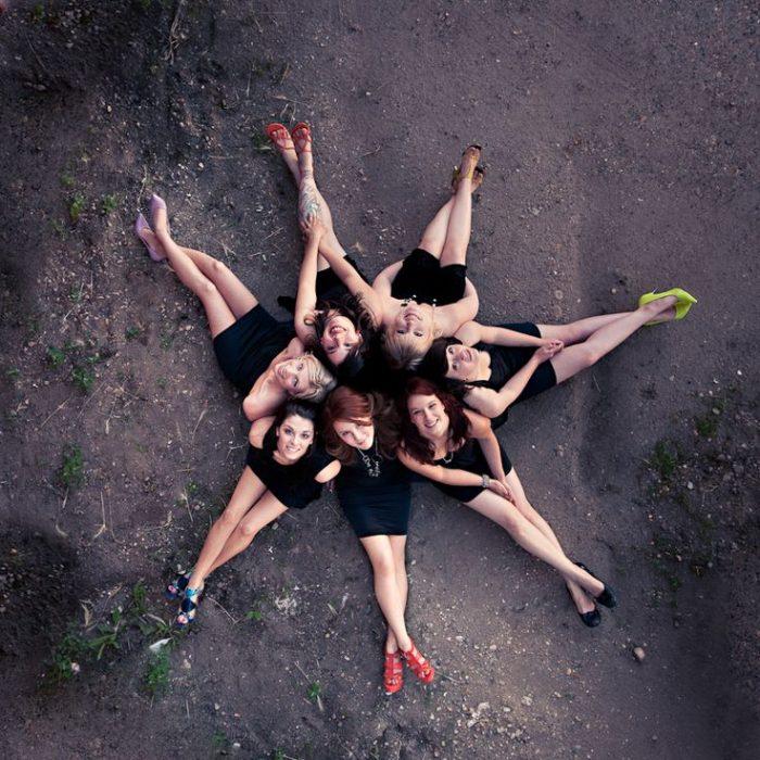 grupo de amigas tomada en picada