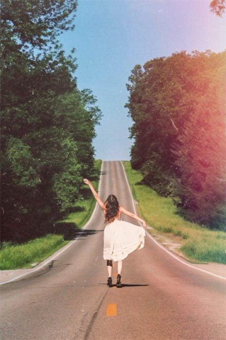chica caminando en carretera