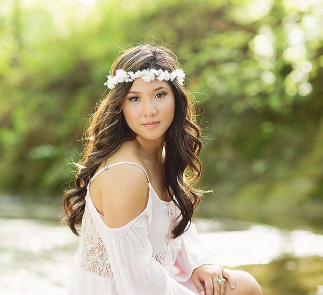 chica de frente con corona de flores