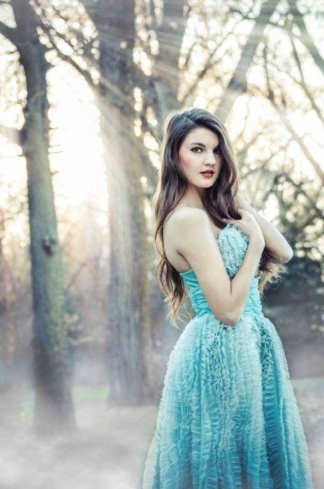 chica en bosque vestida como hada
