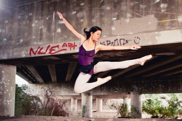 chica salto de ballet debajo puente