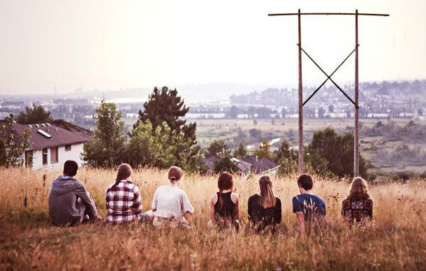 amigos sentados aire libre de espaldas