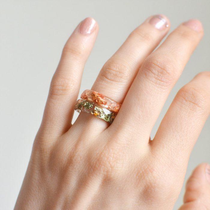 anillo de resina con hierbas dentro