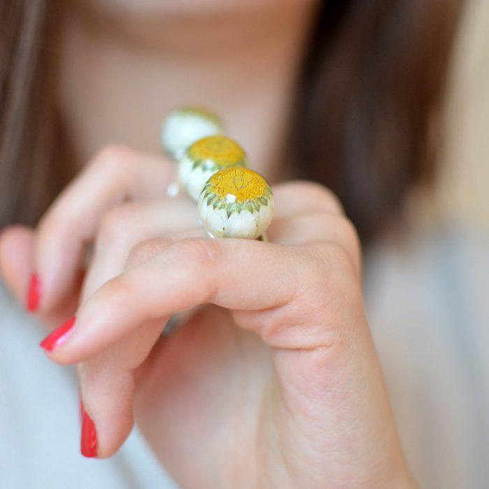 anillo con flores encapsuladas en resina