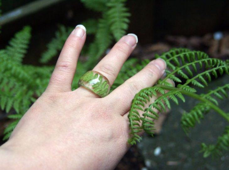 anillo de resina con hojas
