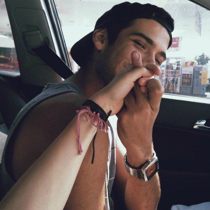 hombre levanta dedo de en medio y sonrie a su novia