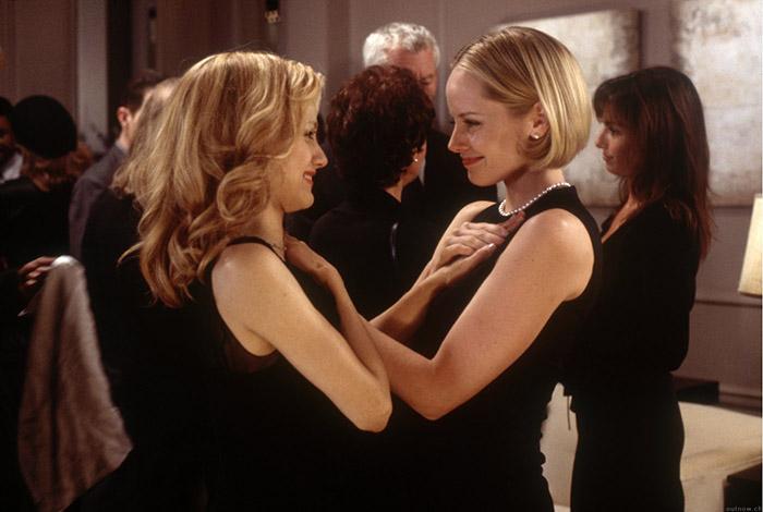 mujeres con vestido negro se dan la mano