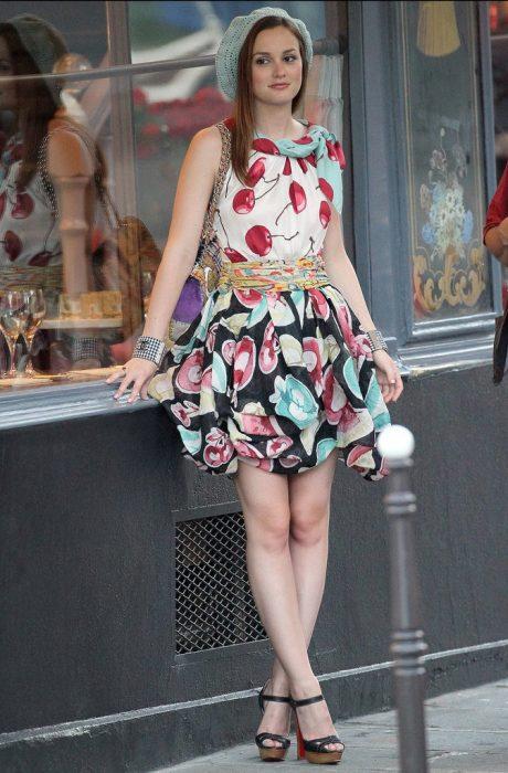 Blair Waldorf usando una falda en colores y una blusa con estampados de cerezas