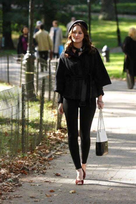 Blair Waldorf usando un conjunto en color negro
