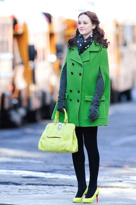 Blair Waldorf usando un saco en color verde