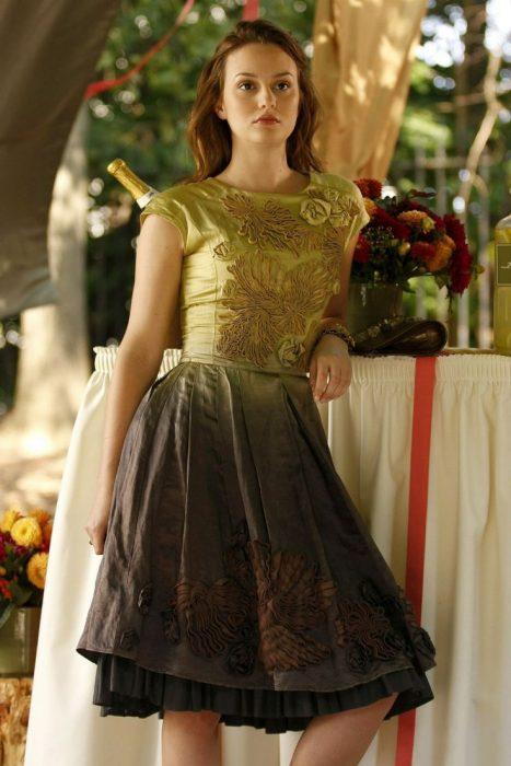 Blair Waldorf usando un vestido en color mostaza con verde