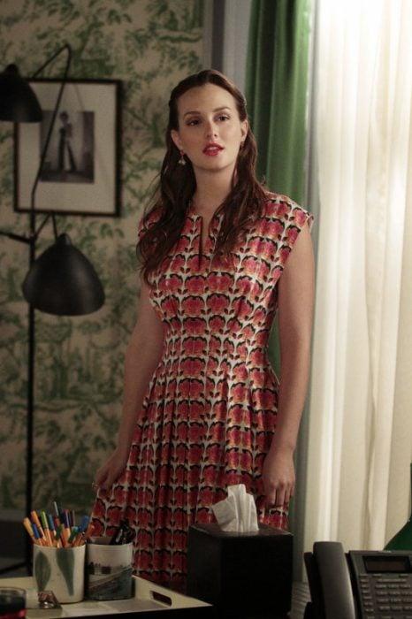 Blair Waldorf usando un vestido con estampado floral de tulipanes