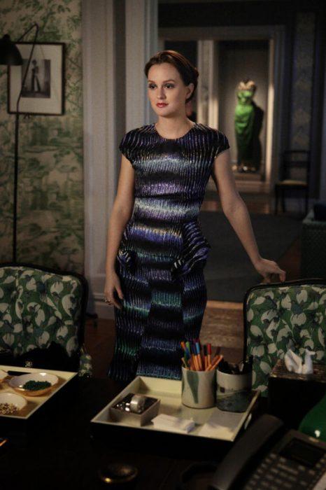 Blair Waldorf usando un vestido en color azul eléctrico con tonos en morado