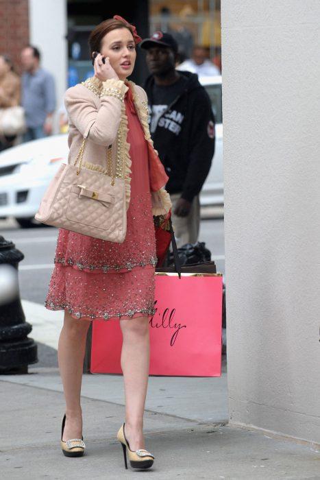 Blair Waldorf usando un vestido en color rosa con un saco en color café