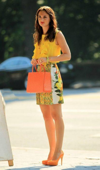 Blair Waldorf usando un conjunto en color amarillo con tacones en color naranja
