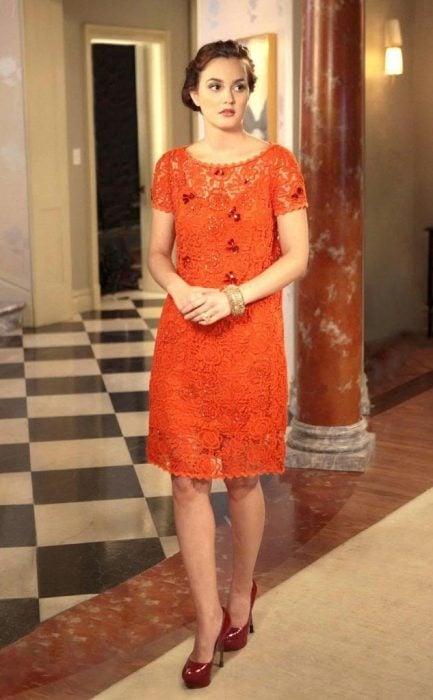 Blair Waldorf usando un vestido en tonos naranja