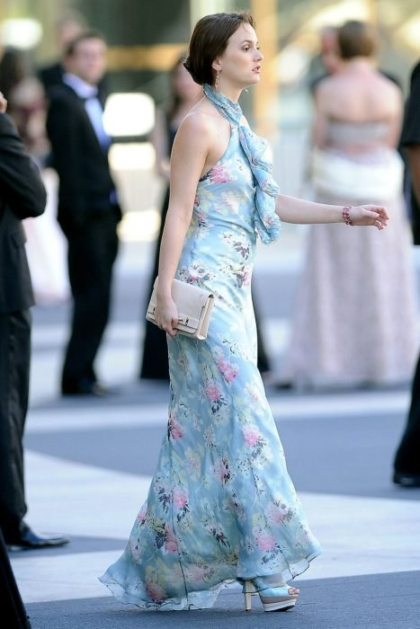 Blair Waldorf usando un vetido en color azul con estampados en color rosa
