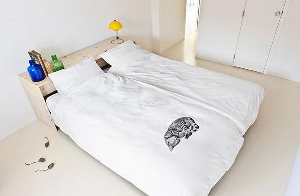 cobertor blanco con dibujo pequeño de gato