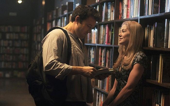 pareja en biblioteca mirandose