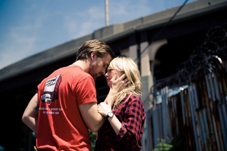 hombre con mujer rubia se acercan para besarse