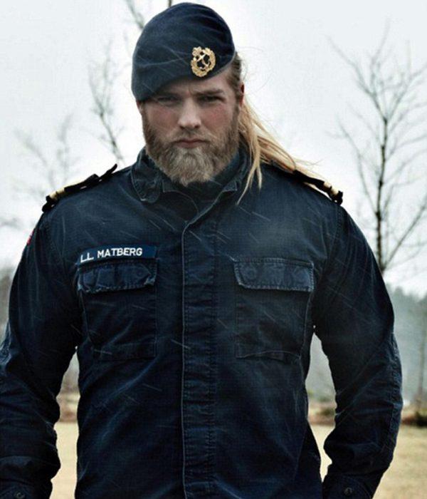 hombre oficial marina cabello largo y barba