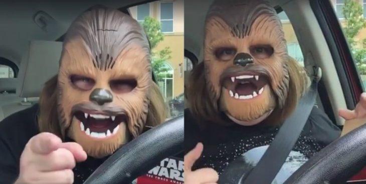 mujer con mascara de chewbacca en coche