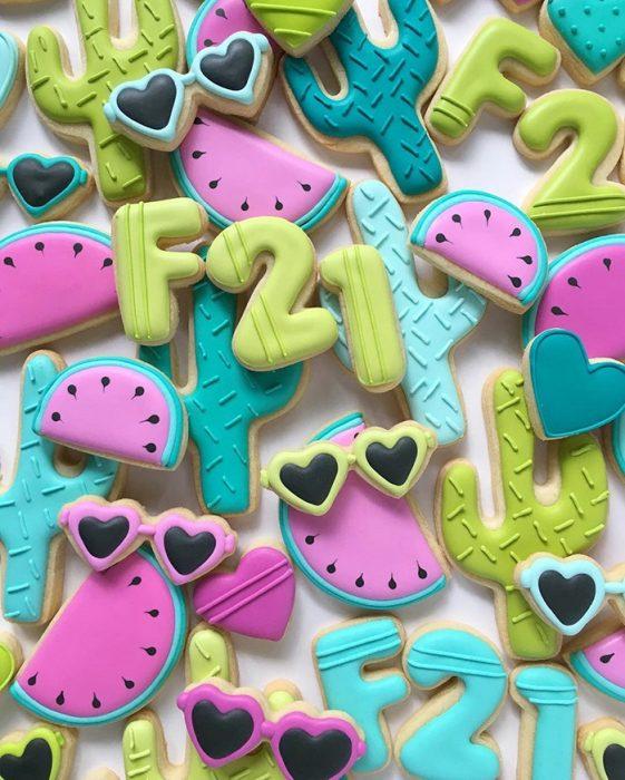 repostería galletas de colores sandias y lentes de corazon
