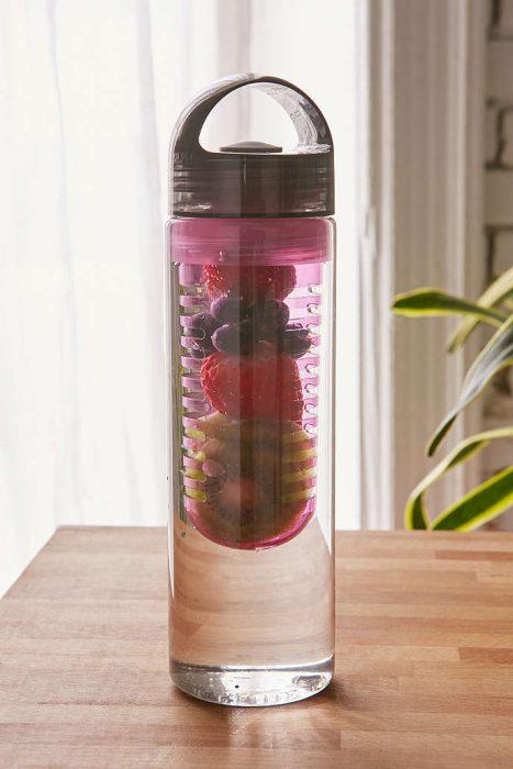 Botella de agua con frutas dentro