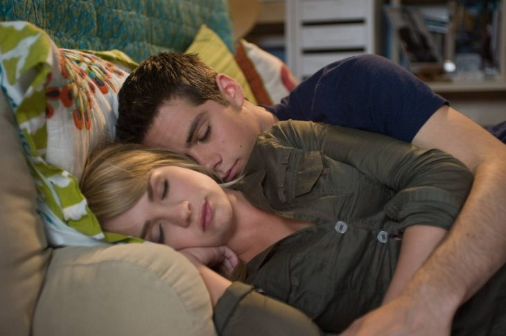 mujer acostada y hombre abrazandola