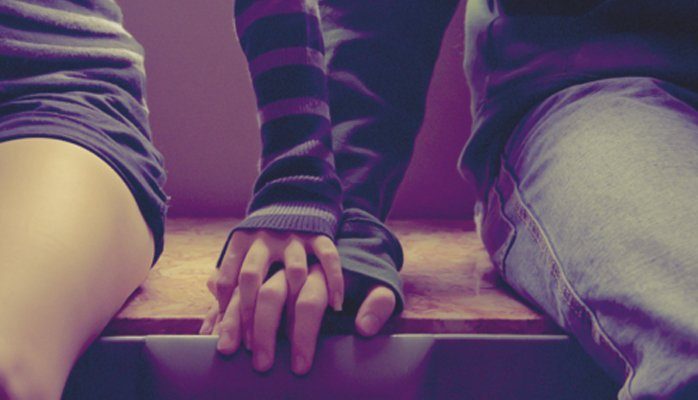 pareja tomados de la mano