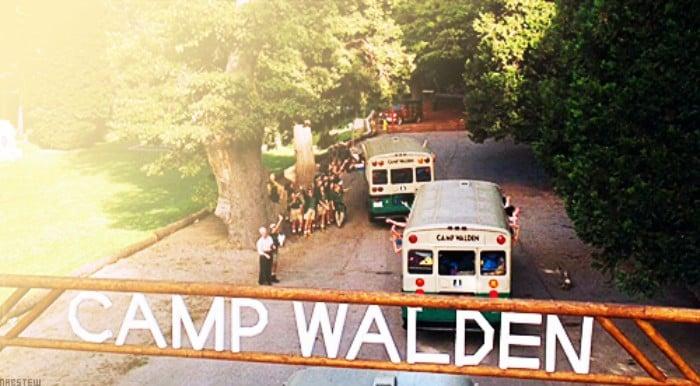 entrada a campamento de verano autobuses