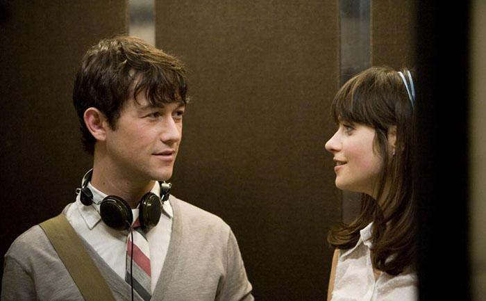 homre y mujer en elevador platicando