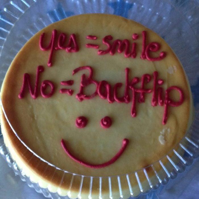 pastel con letras yes y no sonrisa dibujada