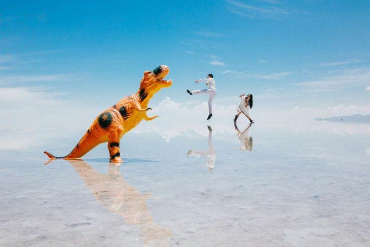 dinosaurio y dos pareja pequeña