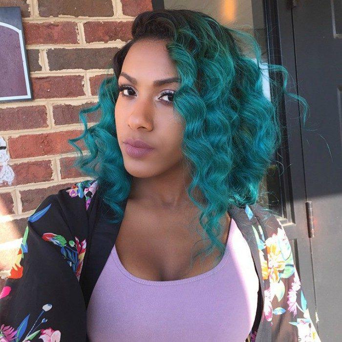 mujer morena cabello rizado color azul verde