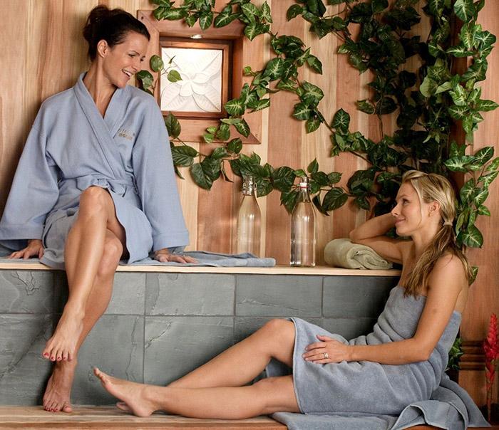 mujeres sentadas en un spa
