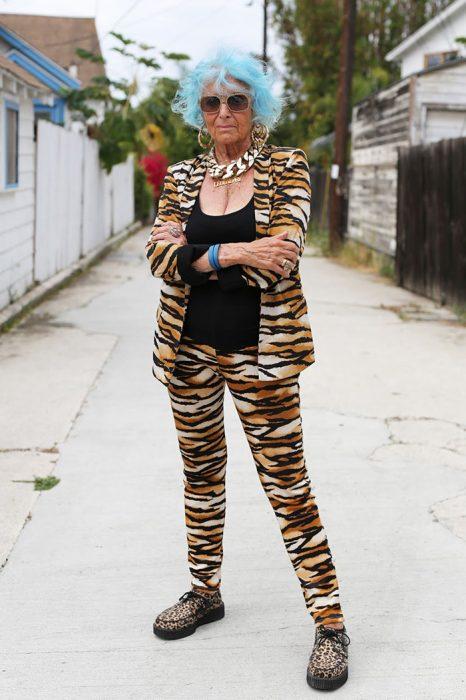 Muejr mayor usando un traje de leopardo