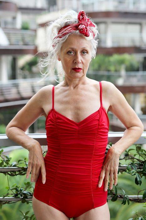 Mujer mayor usando un traje de baño de una pieza en color rojo