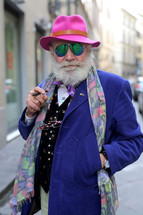 Hombre mayor con barba usando un traje en color azul