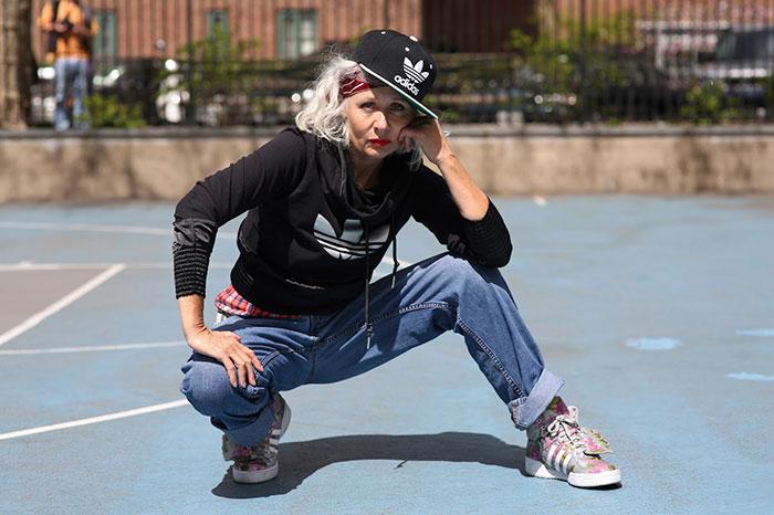 Mujer mayor vestida como un chico skate