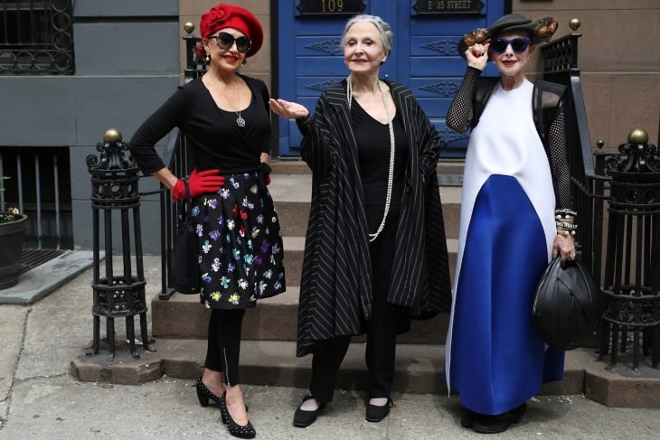 Muejeres mayores usando vestidos hipsters