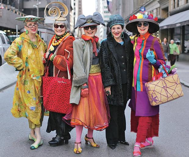 Mujeres mayores vistiendo de manera extravagante