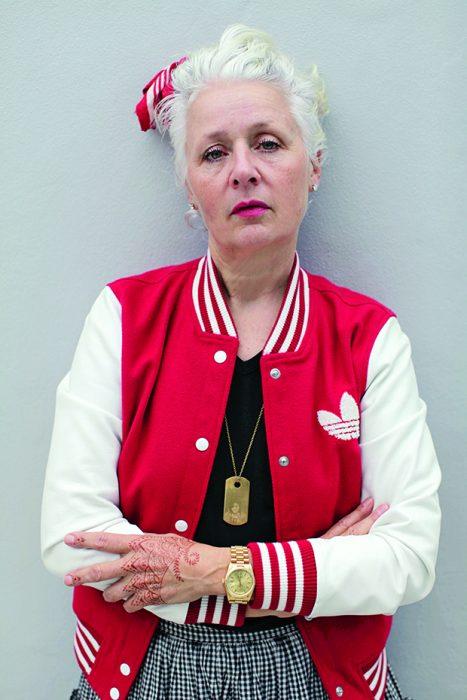 Mujer con una chaqueta en color rojo