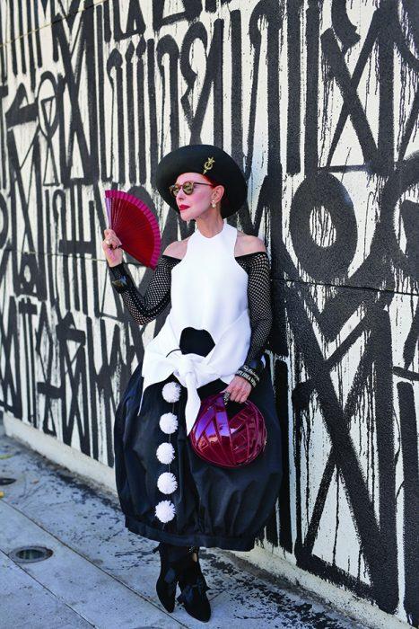 Mujer mayor vistiendo con un conjunto en color blanco con negro