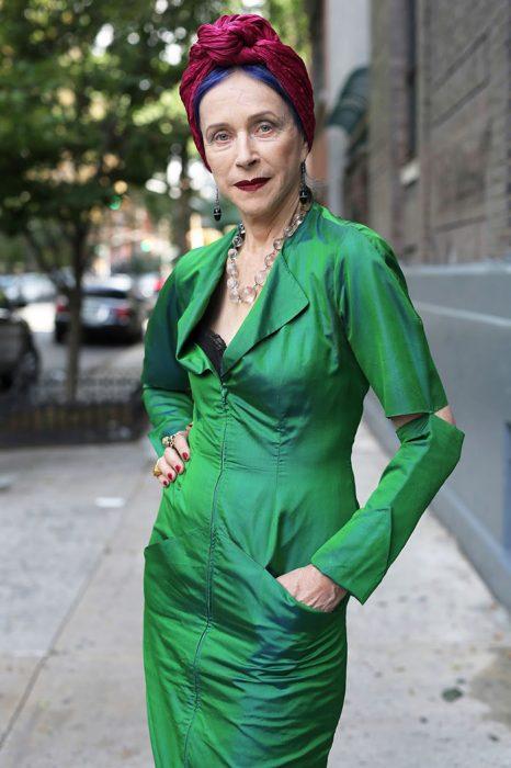 Mujer usando un traje en color verde