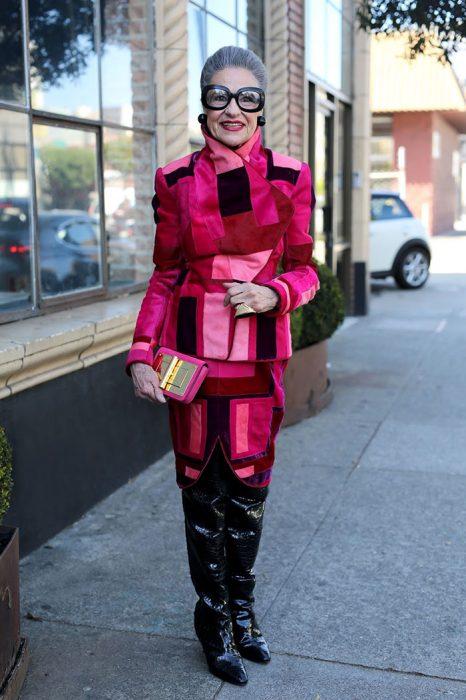 Mujer usando un conjunto en color rosa