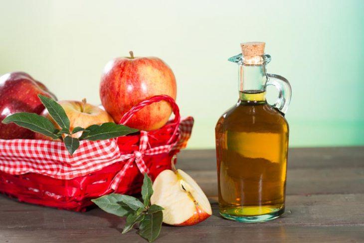 vinagre de manzana y manzanas en una cansta