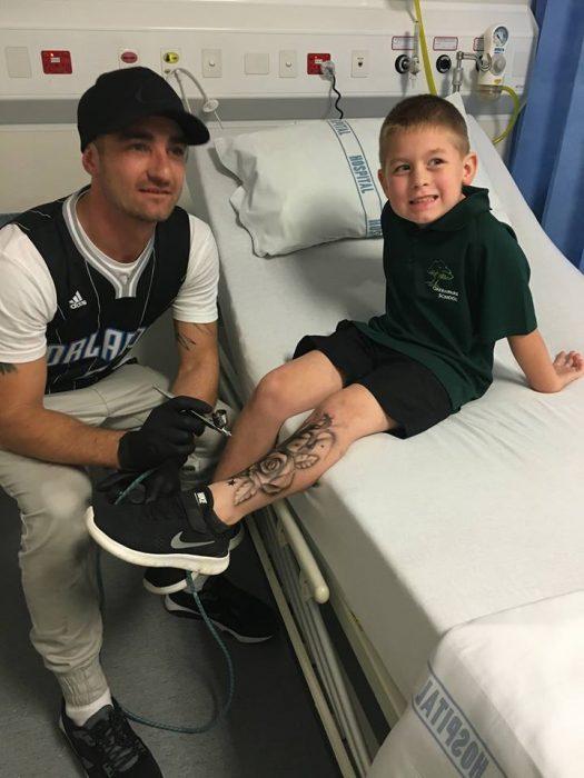 Artista creando tatuajes temporales para un niño en el hospital