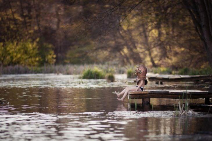 Pequeño buzo en la orilla del lago