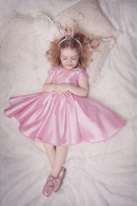 Pequeña vestida de princesa dormida